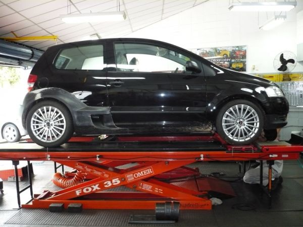 Loucura Brasileiro criou um VW Fox VR6 biturbo com tração traseira e motor central