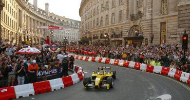 Nigel Mansell (GBR) Jordan Ford EJ14. F1 Regent Street Parade, Regent Street, London, England, 6 July 2004. DIGITAL IMAGE